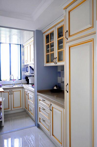 設計說明:米白色面板加上金色線條點綴,使灰藍色空間頓時溫暖倍增,帶來現代感的家居生活。