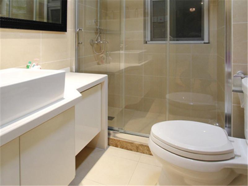 設計說明:應客戶需求,衛生間用玻璃隔斷做了淋浴房,而統一色調的墻地磚顯得衛生間更加寬敞明亮。