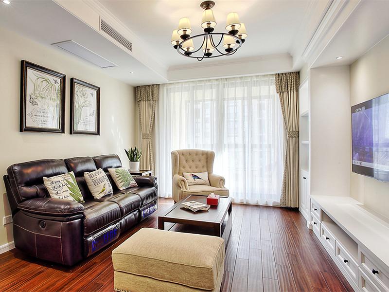 設計理念:客廳的設計簡約大氣、線條洗練,淡色系墻面、天花板、沙發與深色系的茶幾、沙發后背墻紙相得益彰,賦予空間平衡之美。摒棄一切煩瑣和奢華,去掉零碎的空間劃分,去掉堆砌的顏色和擺設,去掉繁復設計的家具,但整個空間看起來,卻又簡而不凡。