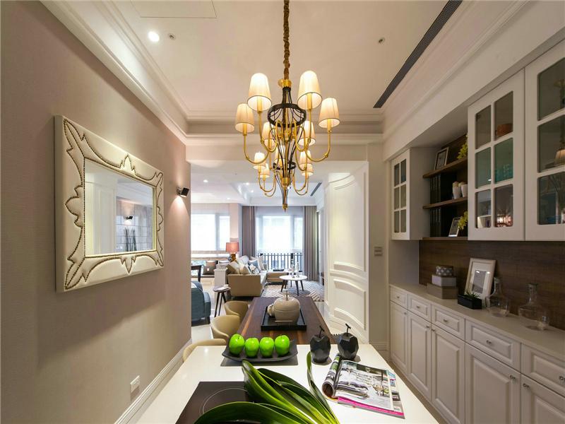 設計說明:設計師注重室內空間的使用功能,主張廢棄繁瑣的裝飾,室內布置按功能區分的原則進行,型緊跟時尚潮流,以個性化簡單化裝修方式打造舒適家居。