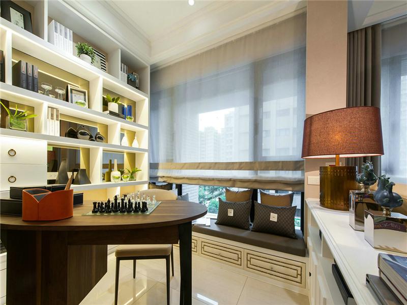 設計說明:色彩搭配方面還是選擇了比較柔和典雅的米白和淺棕色系搭配。配上同樣色調柔和的燈光,屋內溫馨感倍增。