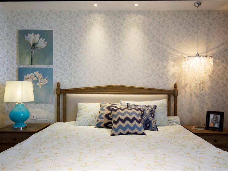 設計說明:臥室要安靜怡人所以整體色調不能太明艷花哨。這里設計師選用了素色小碎花墻紙裝飾,既美觀又舒適大方。