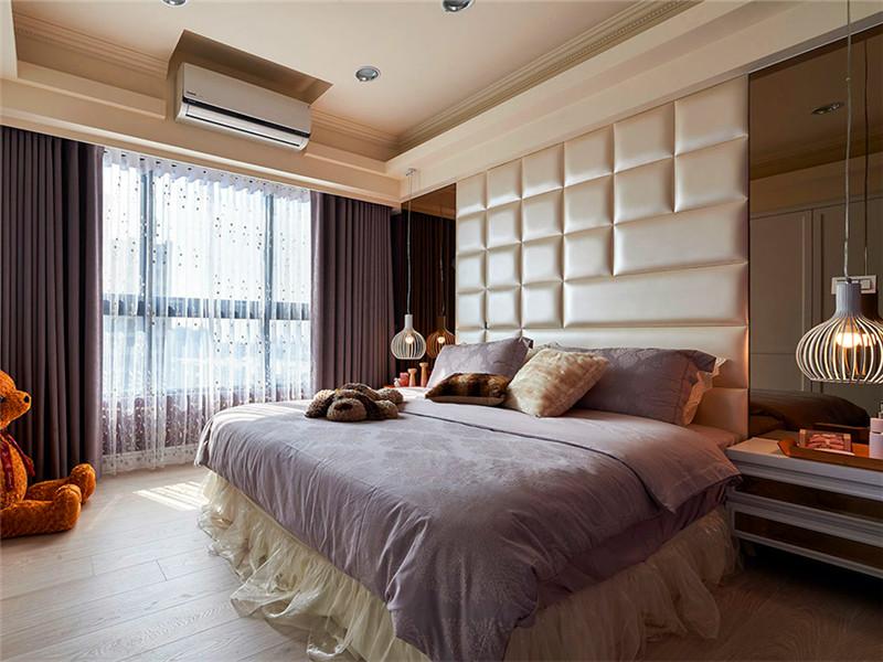 設計說明:主臥背景墻設計師采用皮質軟包處理,增加了房間的柔和感,值得一提的是空調掛機的安裝設計,時尚感倍增。