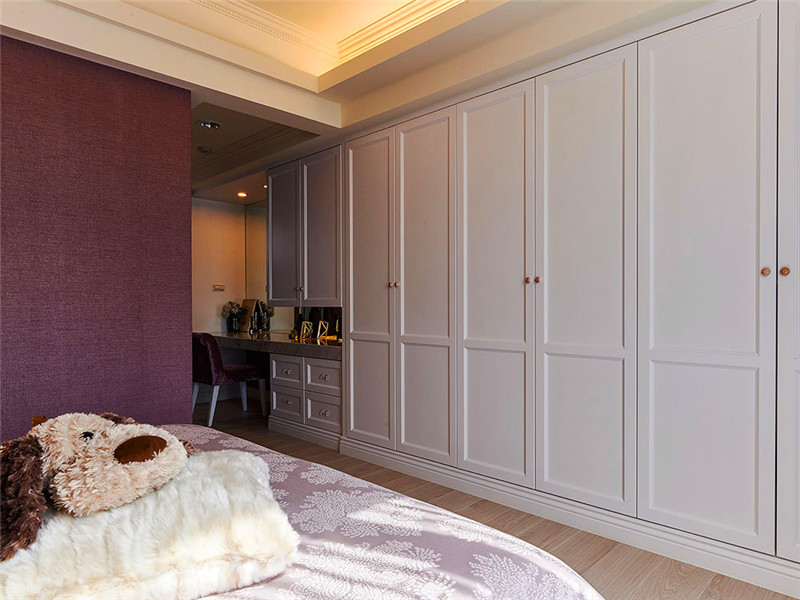 設計說明:臥室的衣柜設計也十分精致,而且線條并不復雜,相反給人非常簡約整潔的感覺。