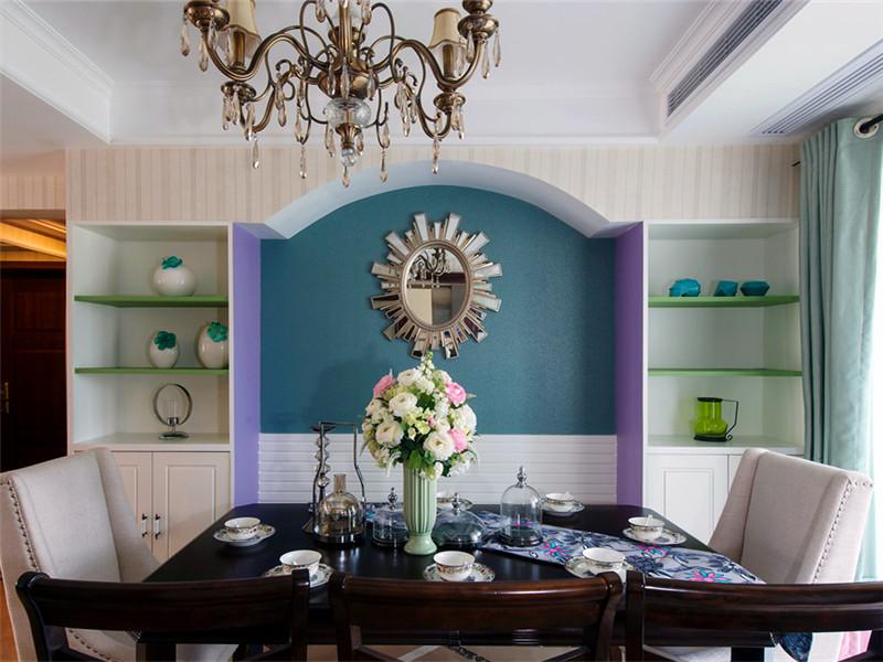 設計說明:混搭是現在家居裝修中一種新型的裝修理念,比如業主喜歡簡約風格,與此同時,他又非常喜歡復古的文藝復興風格,他就可以在家居的設計之中將簡約以及古典歐式兩者相結合來對家進行裝修設計。