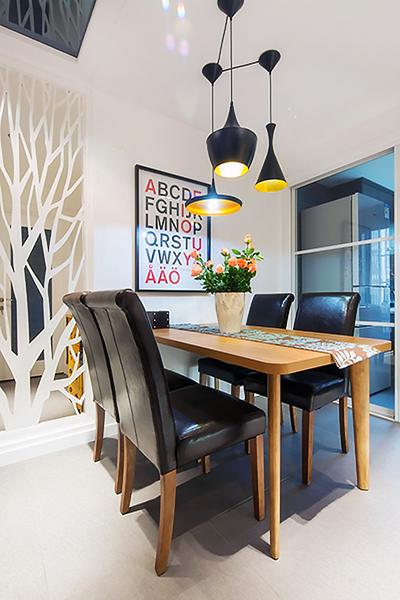 設計說明:簡約不簡單的三居室色彩的搭配和家居的擺放都是精心設計而成,色彩的層次感和家居的簡約反而讓房子舒適大氣。