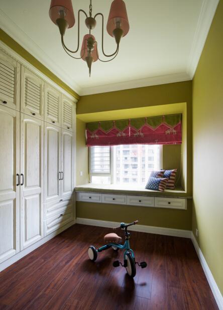 设计理念:奶咖绿的墙面配上花鸟的装饰画,搭配蓝绿色系的床品让整个空间显得温馨自热。