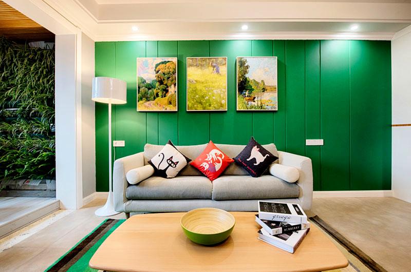 设计理念:客厅的颜色搭配的非常跳跃,全绿的沙发背景墙,加上北欧本有的木色,衔接的恰当好处,与之相呼应的地毯也是设计的一大亮点,为整个客厅增加了丰富的颜色。